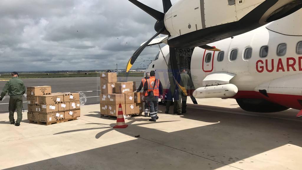 La Guardia Costiera a supporto dell'emergenza Covid19: l'ATR42 in missione per consegnare DPI