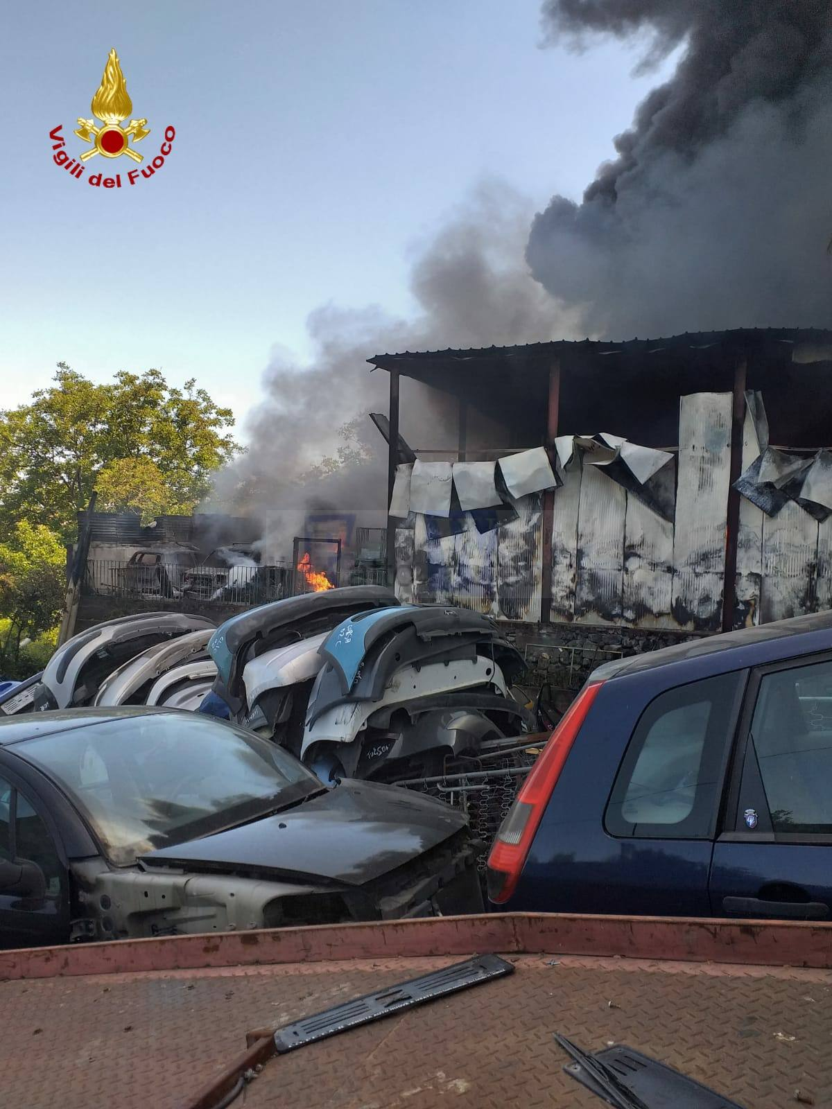 Incendio in  auodemolizione ad Aci S. Antonio