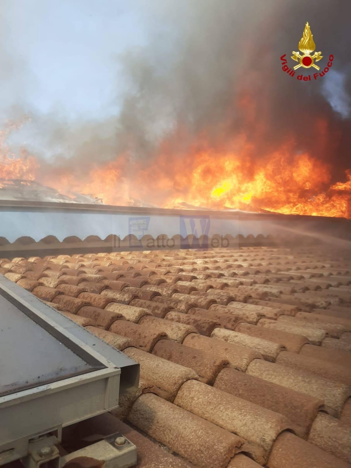 Acireale, divampa un incendio e distrugge tetto di un'abitazione