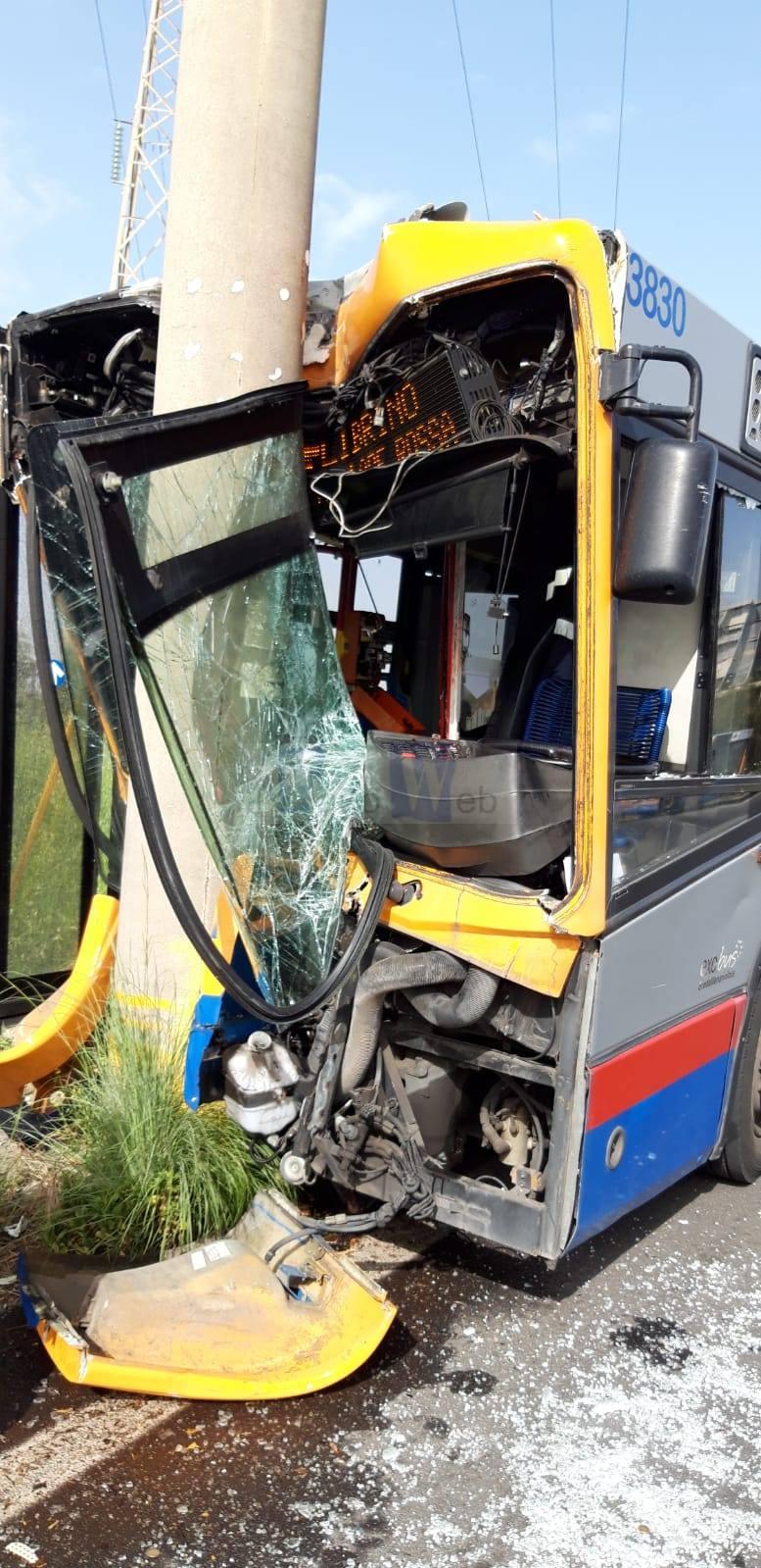 Librino, bus Amt contro un palo: due feriti gravi, un passeggero e il conducente