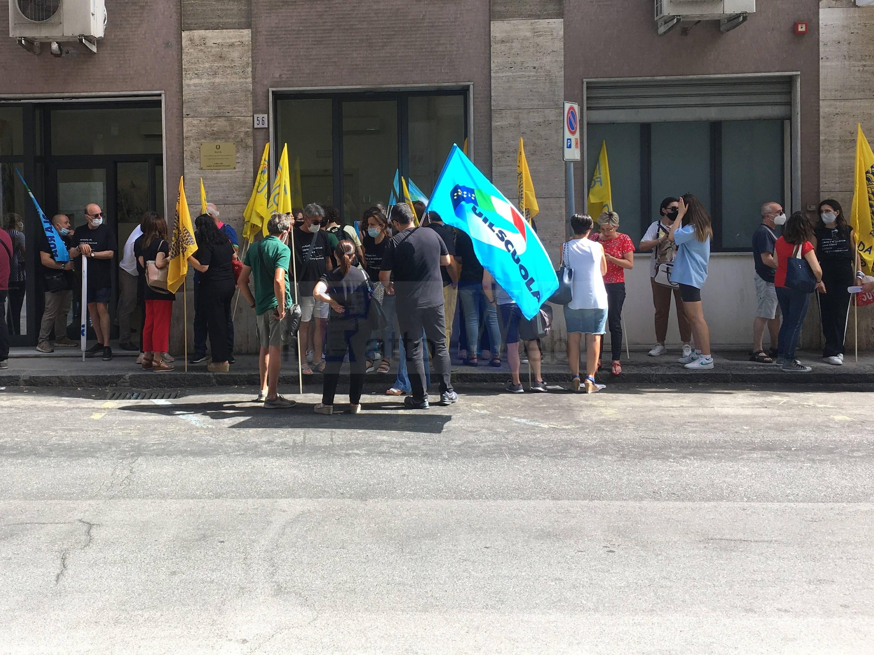 """Caso liceo """"Verga"""" di Adrano sit-in di protesta davanti al Provveditorato agli Studi di Catania"""